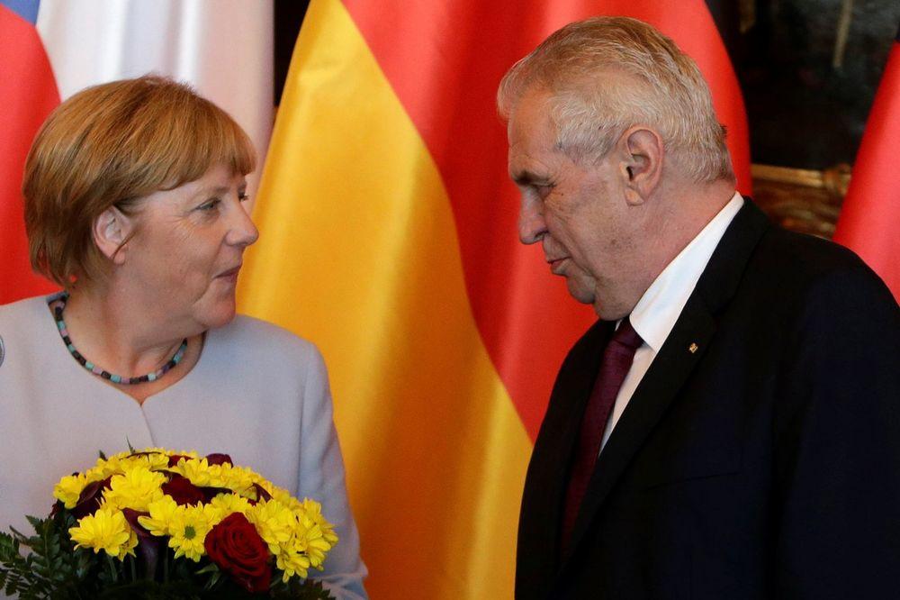 ZEMAN: Merkelova pozvala izbeglice kod sebe, a onda ih šalje da ručaju kod komšija