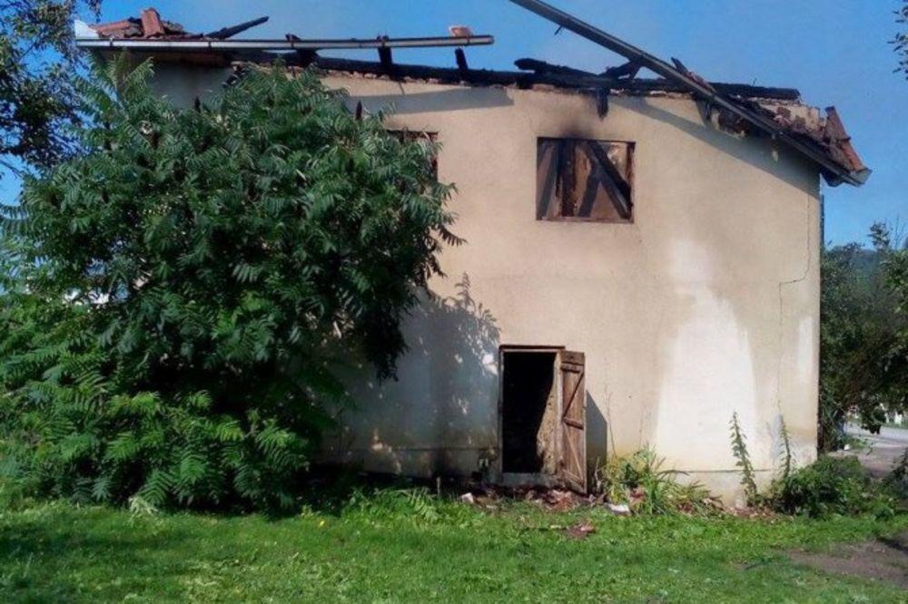 VELIKI POŽAR U CAZINU: Osmočlana porodica ostala bez krova nad glavom, cela kuća izgorela