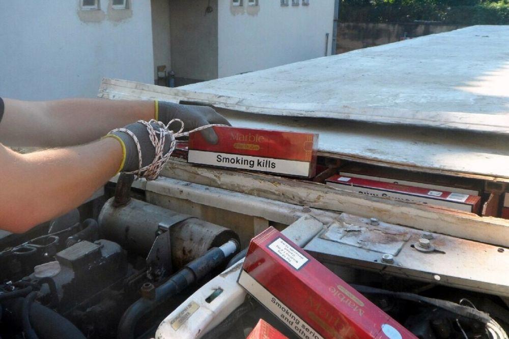 USPEH SRPSKIH CARINIKA: Pronašli 190.000 cigareta skrivenih u krovu prazne hladnjače