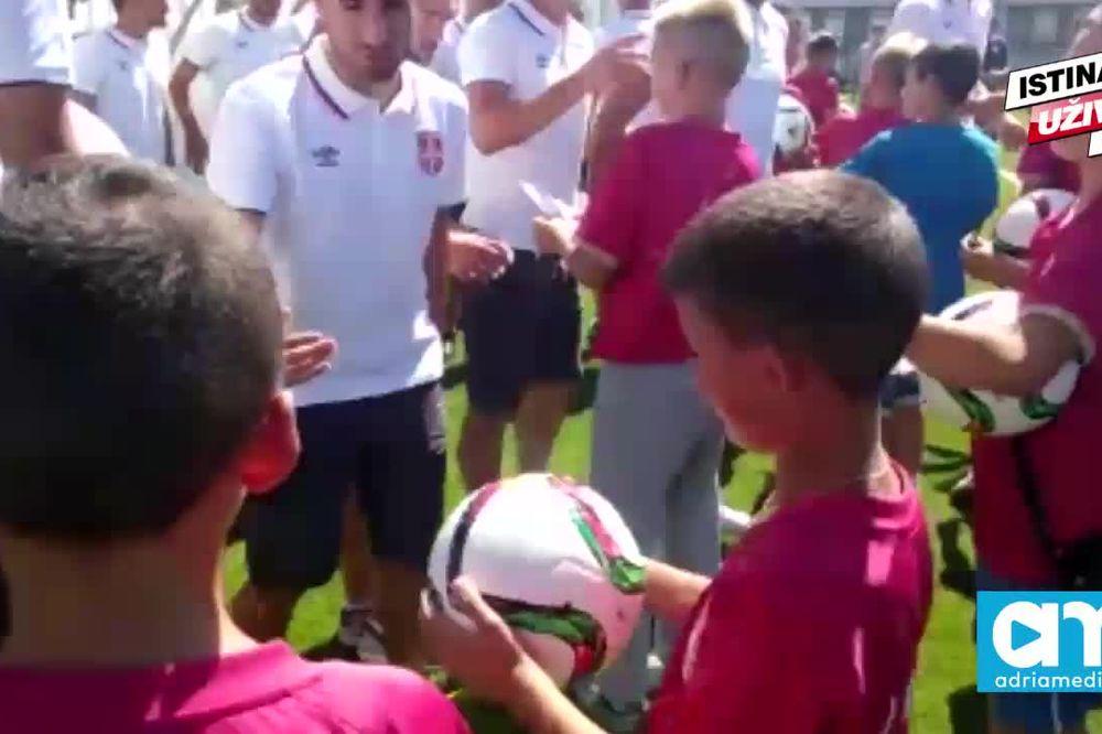 (KURIR TV) FUDBALERI SRBIJE IMALI POSETU: Mališani sa Kosmeta podržali reprezentaciju pred Irsku!