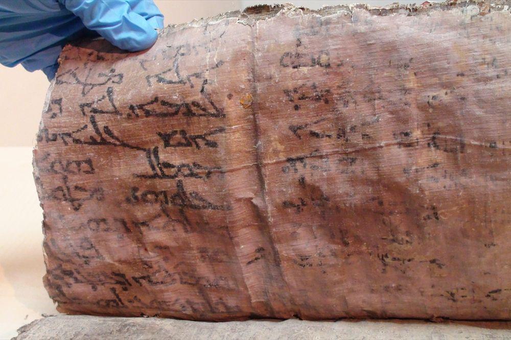 PRONAĐENA BIBLIJA IZ 11. VEKA: Krijumčari hteli da je prodaju, ali im je policija pokvarila planove