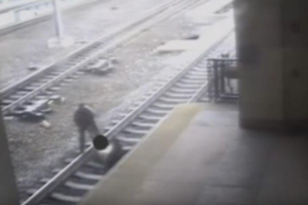 SNIMAK KOJI KIDA ŽIVCE: Policajac jedva uspeo da spase čoveka koji je ležao na šinama