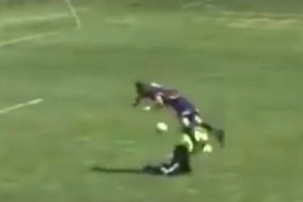 (VIDEO) I OVO JE MOGUĆE: Postigao gol posle salta i sudara sa golmanom