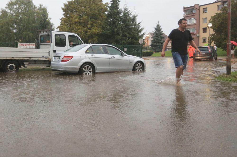 OLUJNO NEVREME U SLOVENIJI: Poplavljene ulice, odroni na putevima...