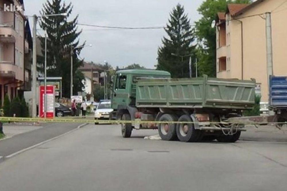 TEŠKA SAOBRAĆAJNA NESREĆA U SANSKOM MOSTU: Kamionom pregazio ženu na biciklu