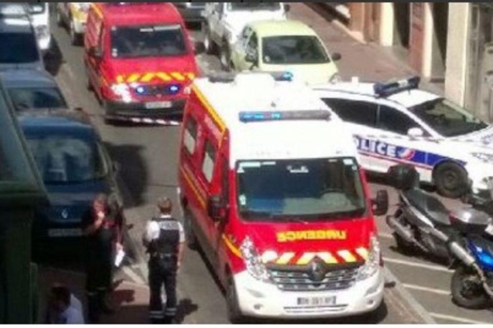 (VIDEO) NOVI NAPAD U FRANCUSKOJ: Muškarac prerezao vrat policajki u stanici u Tuluzu!