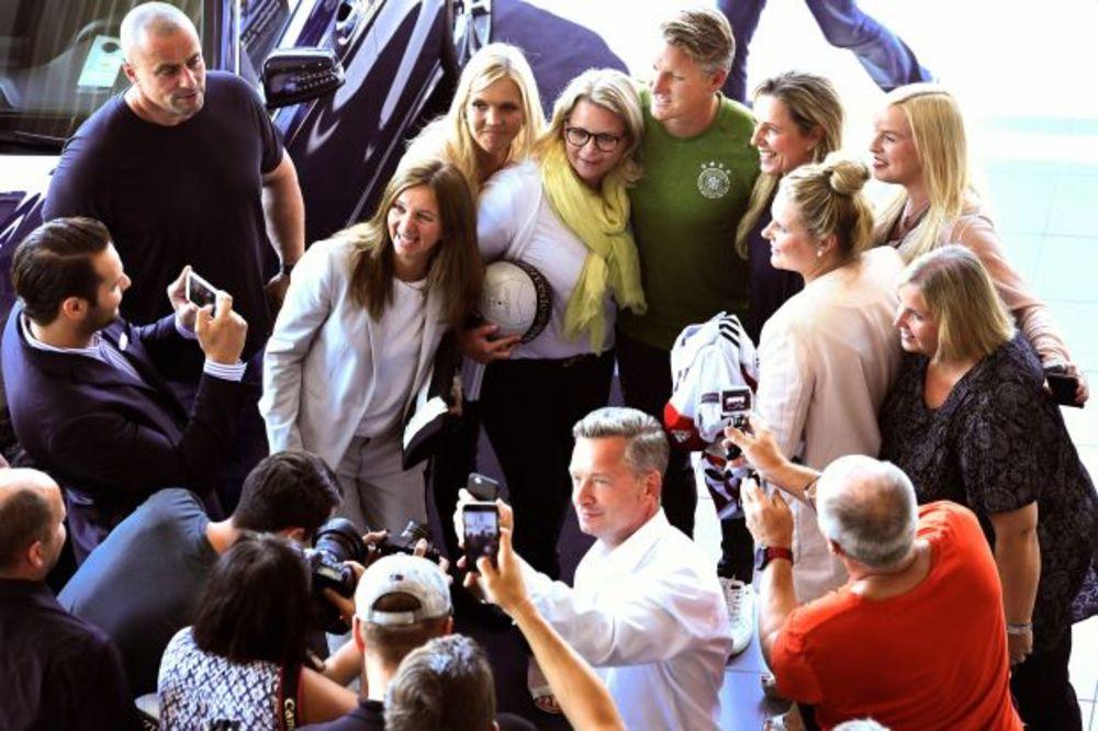 (FOTO) ŠTA ĆE MU REĆI ANA? Švajnštajger u društvu lepih žena!