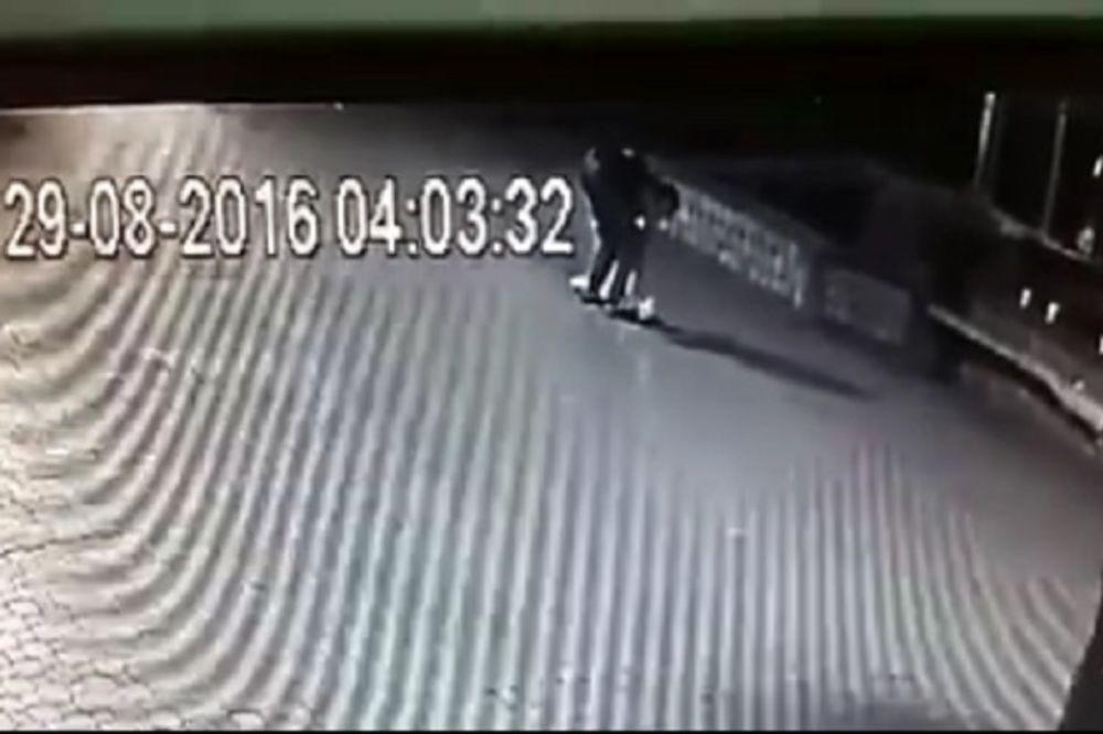 (VIDEO) SNIMILE GA KAMERE: Lopov uhvaćen u krađi šahta u centru Grocke