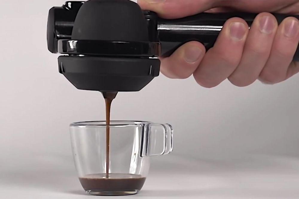 (VIDEO) ZBOGOM, UMORU! Ovim izumom je kafa za poneti dobila potpuno novo značenje
