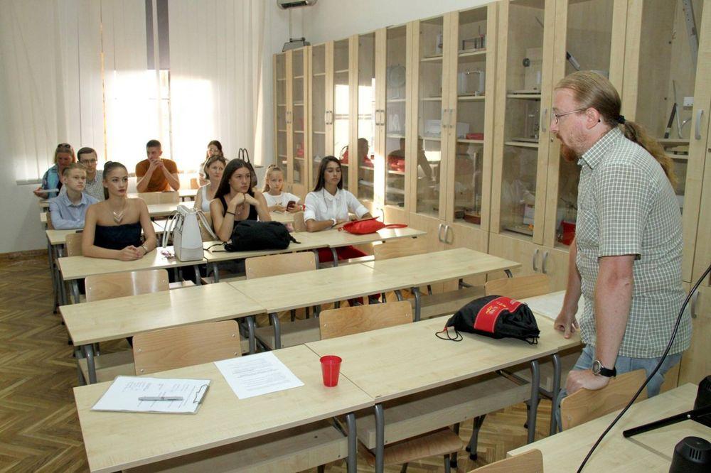ONI SU NAJBOLJI: Fotografije najuspešnijih đaka i ove jeseni na bilbordima u Novom Sadu