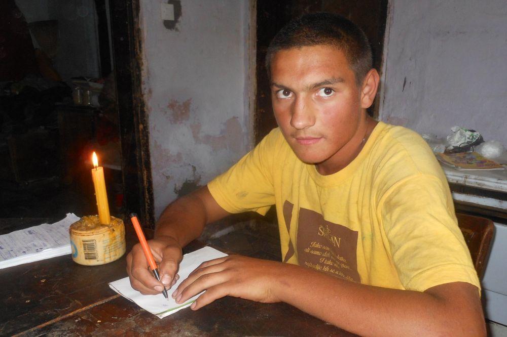 MAŠTA DA ĆE JEDNOM IĆI NA MORE Bane (14) deset godina nema struju, ali vredno uči da postane varilac
