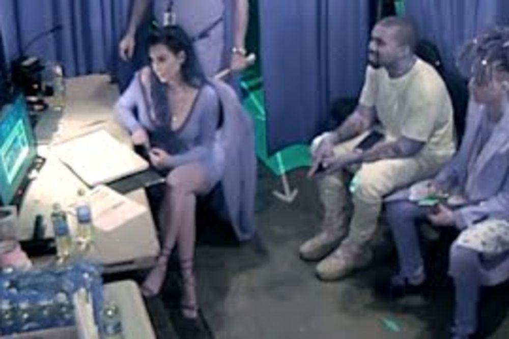 (VIDEO) PRED KAMERAMA SE GRLE I LJUBE: Pogledajte šta Kim i Kanje rade kada misle da ih ne snimaju!