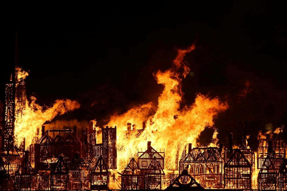 (VIDEO) NESTVARNA SCENA U LONDONU: Gori zgrada u centru grada, a stanovnici oduševljeni!
