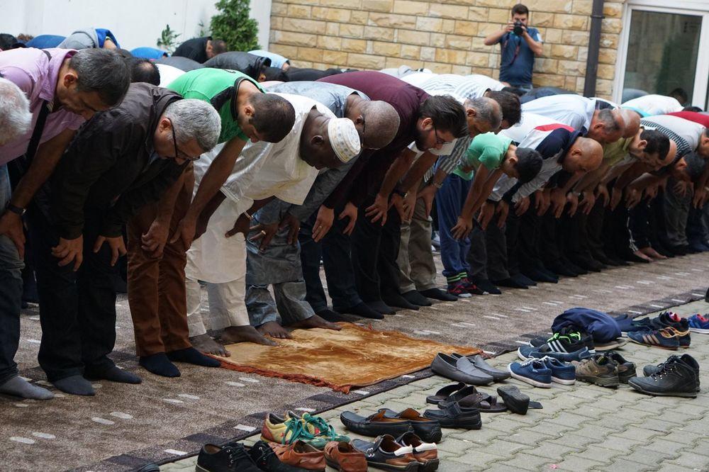 (FOTO) POČELA ČETVORODNEVNA PROSLAVA KURBAN BAJRAMA: Ispred Bajrakli džamije u Beogradu održan namaz
