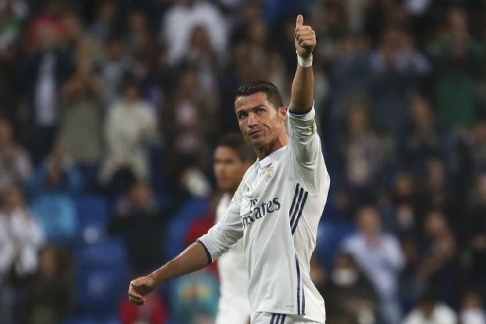 (FOTO) GORI INTERNET: Ronaldo se pohvalio novim autom, a svi ga nemilosrdno ismejali!
