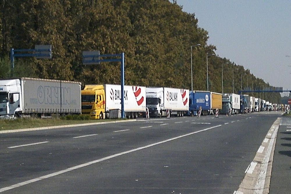KOLONA KAMIONA DUGA 4 KILOMETRA: Detaljna kontrola na Bajakovu usporila teretni saobraćaj