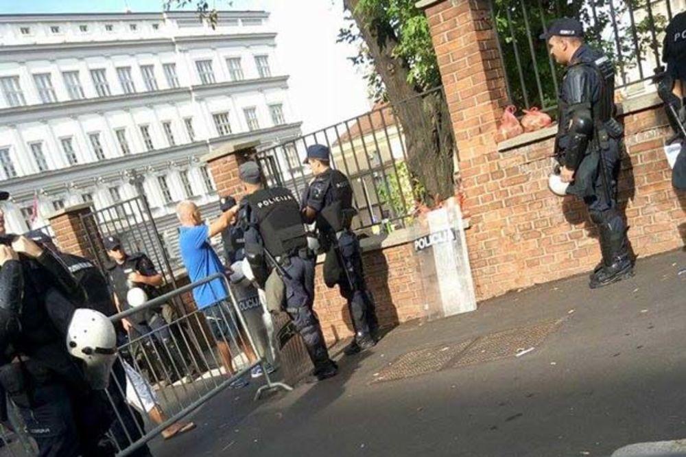 HAPŠENJE NA PRAJDU: Priveden muškarac u centru Beograda, obučen kao policijac