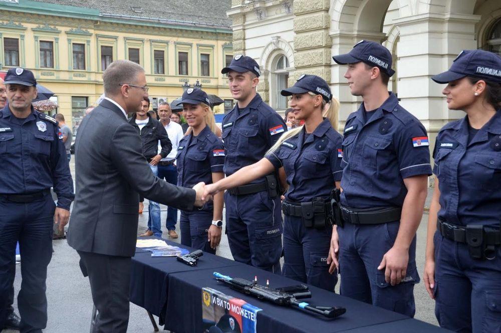 (FOTO) POLICAJAC U ZAJEDNICI: Stefanović obišao Policijsku upravu Novi Sad