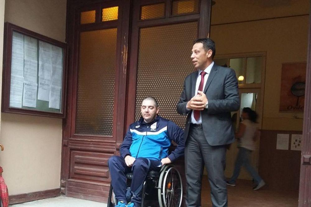 (FOTO) PARAOLIMPIJSKI ŠAMPION STIGAO KUĆI: Evo kako je Laslo Šuranji dočekan u Novom Bečeju