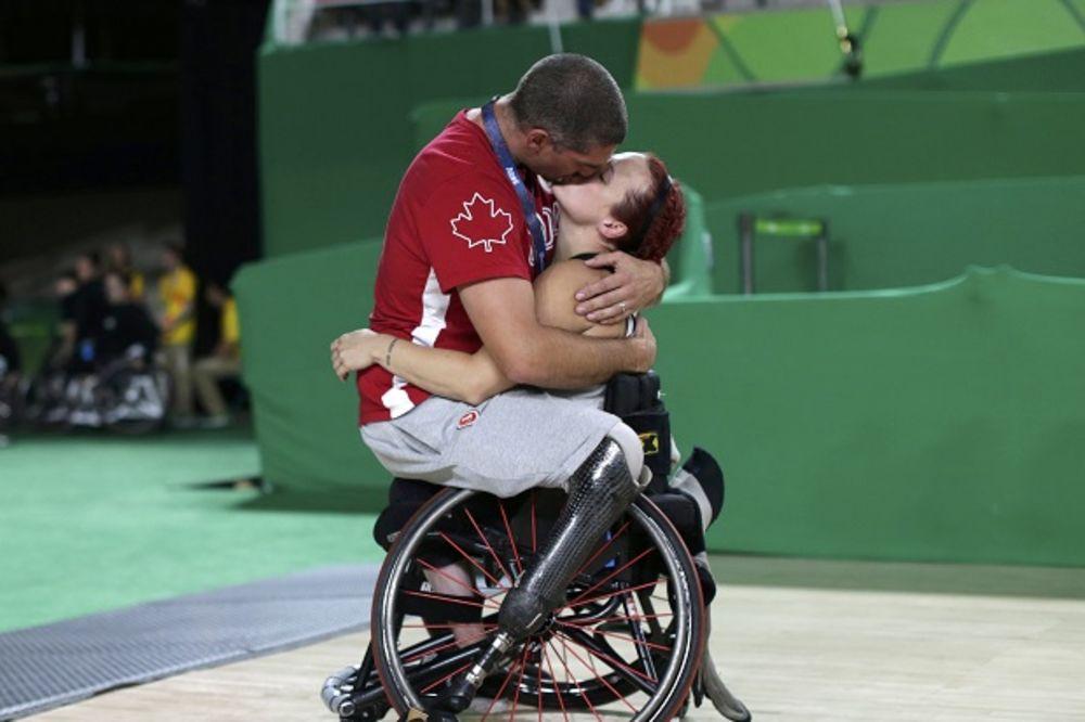 NIKOG NE OSTAVLJA RAVNODUŠNIM: Pogledajte sliku sa Paraolimpijskih igara koja vraća veru u ljubav