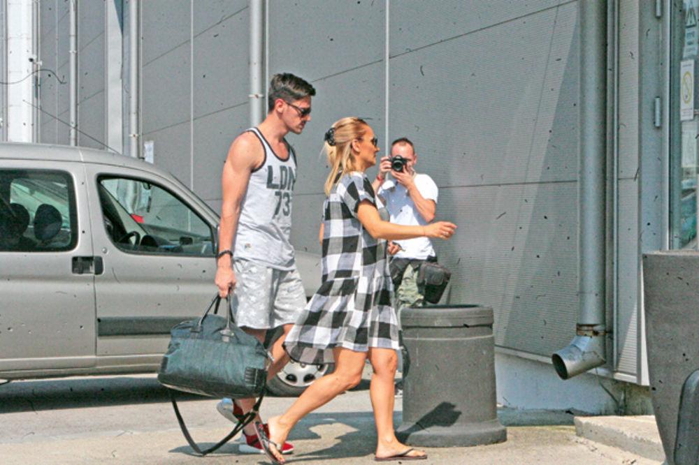 (FOTO) UDALA SE ZA DŽENTLMENA:  Raša nosi Gocine kofere, Leontina i Jelena se muče