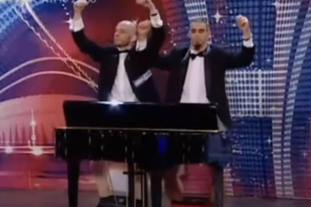 (VIDEO) MUZIKALNO MEĐUNOŽJE: Njihovi penisi stvarno imaju talenta... Presmešno!