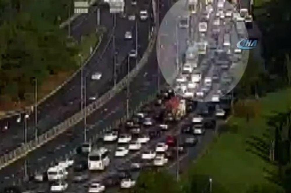 (VIDEO) PUTNIK NAPAO VOZAČA AUTOBUSA KIŠOBRANOM: 11 povređenih u bizarnoj saobraćajki u Istanbulu