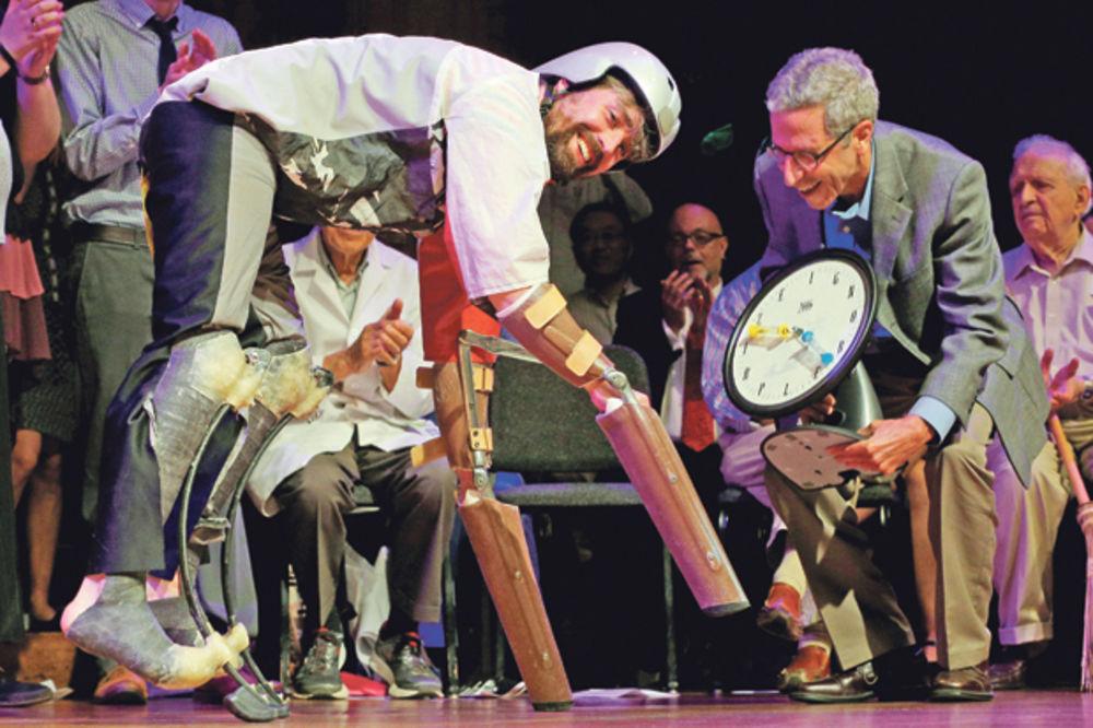 URUČENE ŠALJIVE NAGRADE: Parodija Nobela za čoveka-kozu!