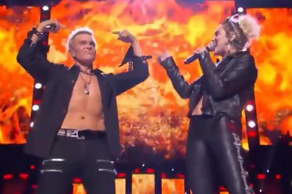 (VIDEO) BILI, BRATE MILI, ZAŠTO? Slavnom rokeru se na bini pridružila pop zvezda, Majli Sajrus