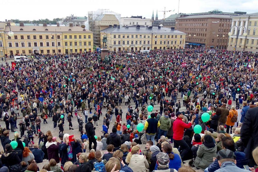 (VIDEO) FINSKA NA NOGAMA: Hiljade ljudi demonstrirale protiv nacista
