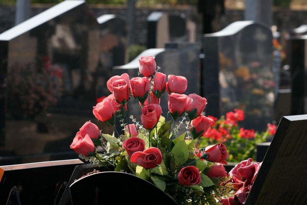 DANAS SU ZADUŠNICE: Nema ulaska automobilom na groblje do 15 sati