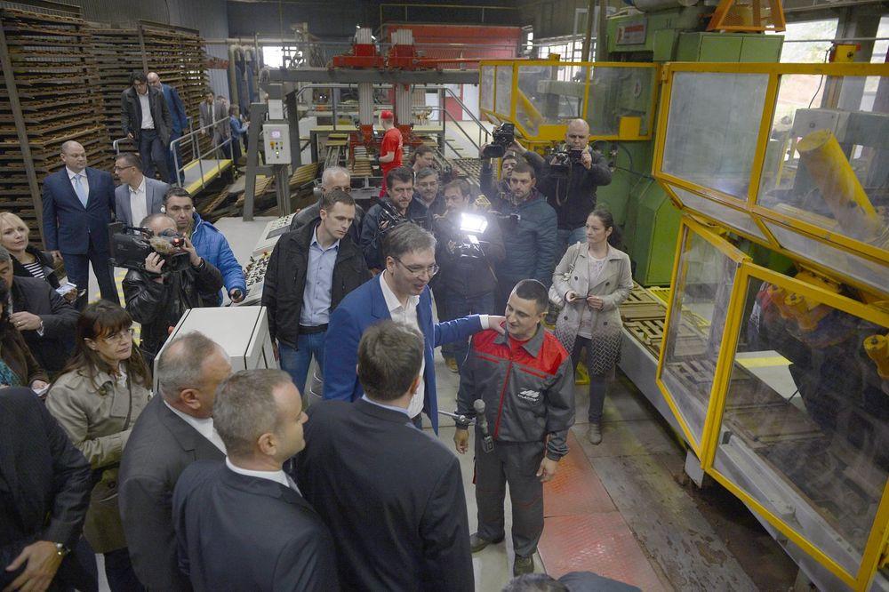 """VUČIĆ OBIŠAO LESKOVAČKU FABRIKU """"MLADOST"""": Podržaćemo srpske firme koje posluju na KiM"""