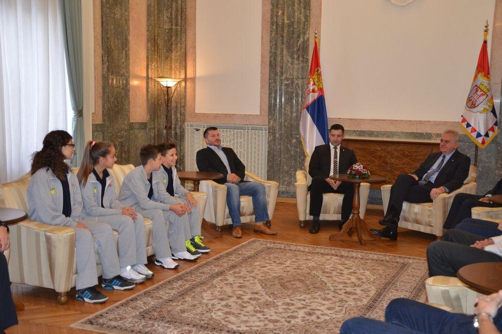 Predsednik Tomislav Nikolić i generalni sekretar AMSS Predrag Đurđev sa decom, nastavnicima i trenerom