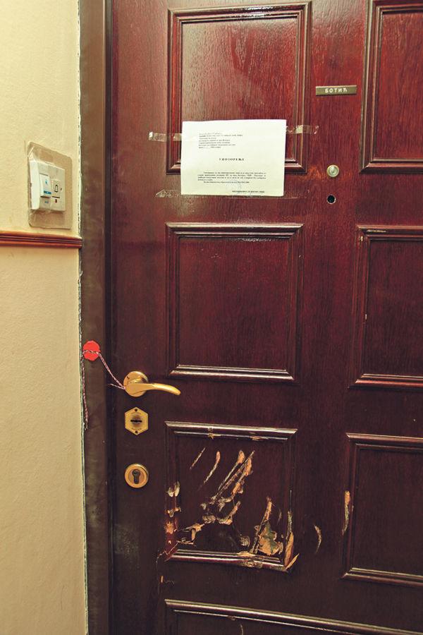 Vrata stana u kom su se skrivali...