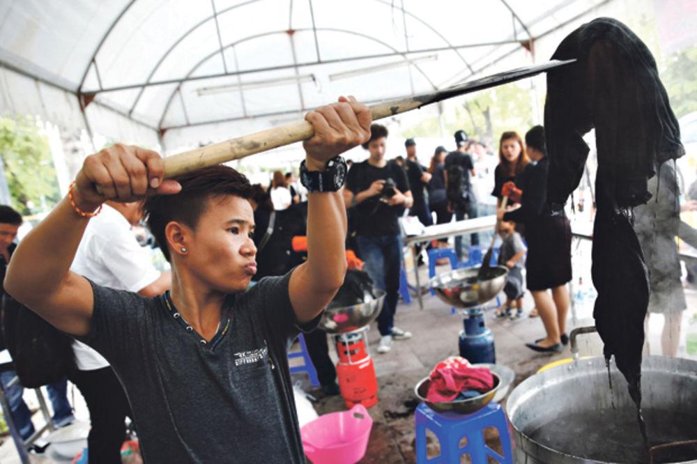 OBIČAJI NA TAJLANDU: Crna odeća poskupela, pa ljudi farbaju šarenu