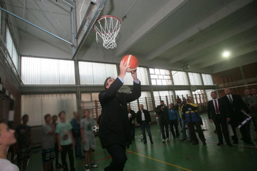 SRDAČAN DOČEK U BELOJ PALANCI: Vučić posetio dve osnovne škole i odigrao basket sa đacima