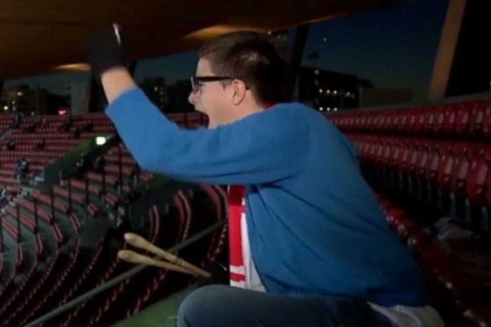 (VIDEO) SAM NA GOSTOVANJU: Evo kako je mladi navijač bodrio voljeni klub