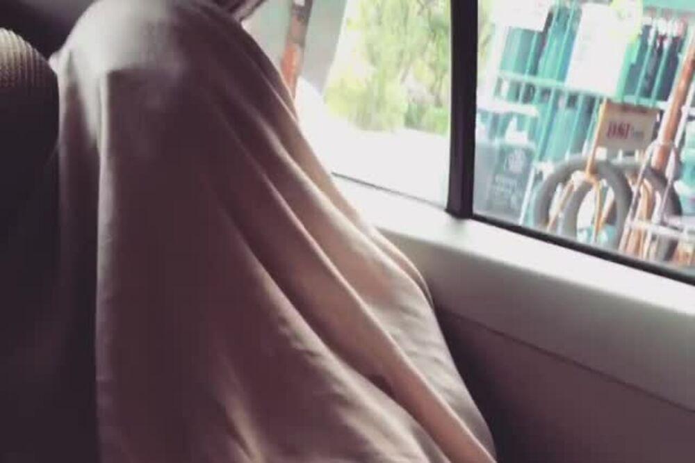 (VIDEO) NAŠA GLUMICA ZABRINULA SVE: Uhvaćena prekrivena čaršafom u nepoznatom automobilu