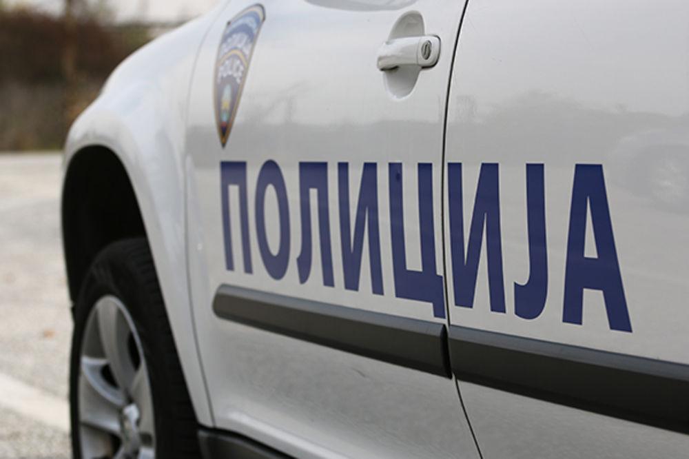 MALOLETNIK VOZIO BEZ DOZVOLE I SLETEO U REKU: Dvojicu tinejdžera iz auta izvlačili slučajni prolaznici!