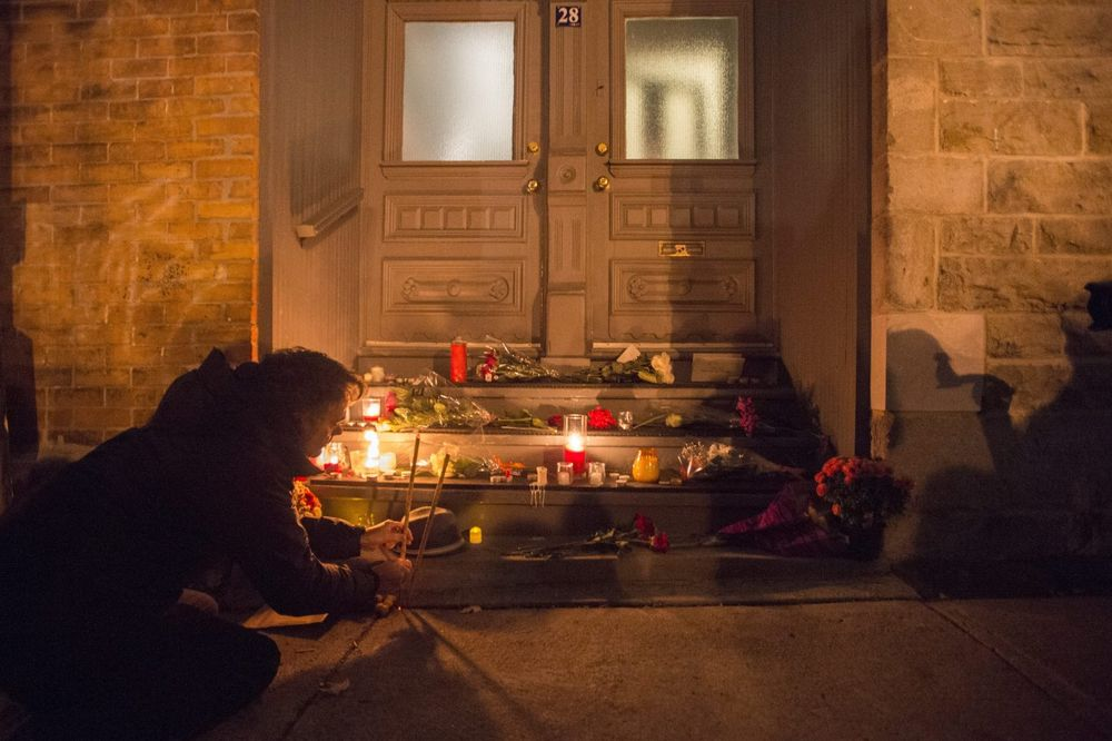 Fanovi pale sveće ispred Koenove rodne kuće u Montrealu, Foto: AP