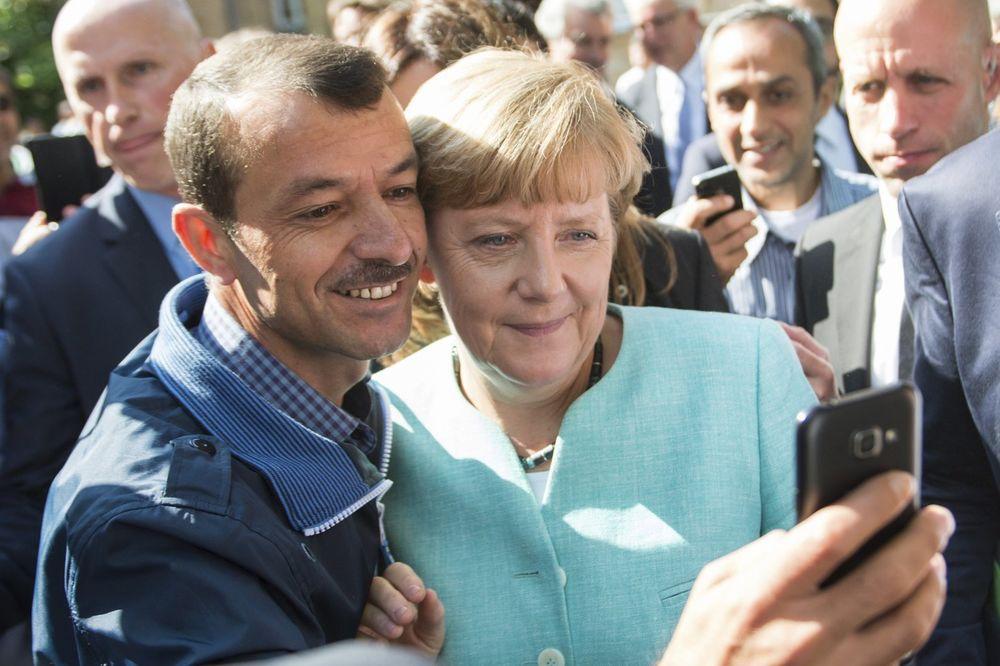 Angela Merkel sa migrantima, Foto AP
