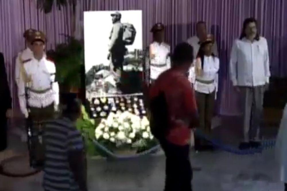 (VIDEO) OPROŠTAJ OD EL KOMANDANTEA: Urnu s pepelom Fidela Kastra prikazali na Kubanskoj televiziji!