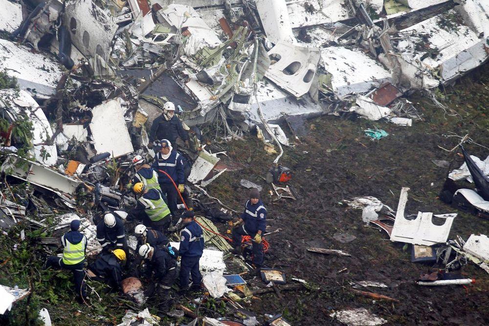 (FOTO/ VIDEO) TRAGEDIJA U SLIKAMA: Užasavajući prizori mesta na kome se desila avionska nesreća