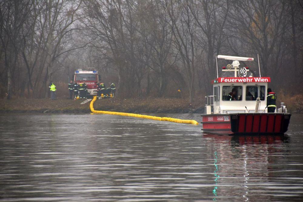 SVE SLUŽBE U BEČU NA NOGAMA: Vežbe u slučaju izlivanja ulja u Dunav