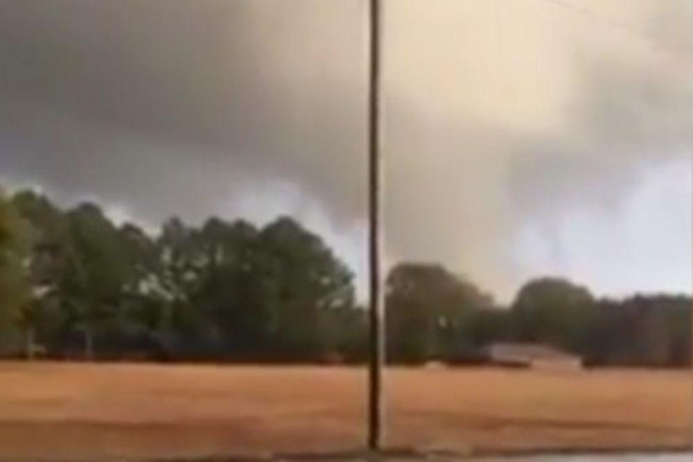 (VIDEO) TORNADO UNIŠTAVA ALABAMU: Troje mrtvih, mnogo povređenih u strahovitoj oluji
