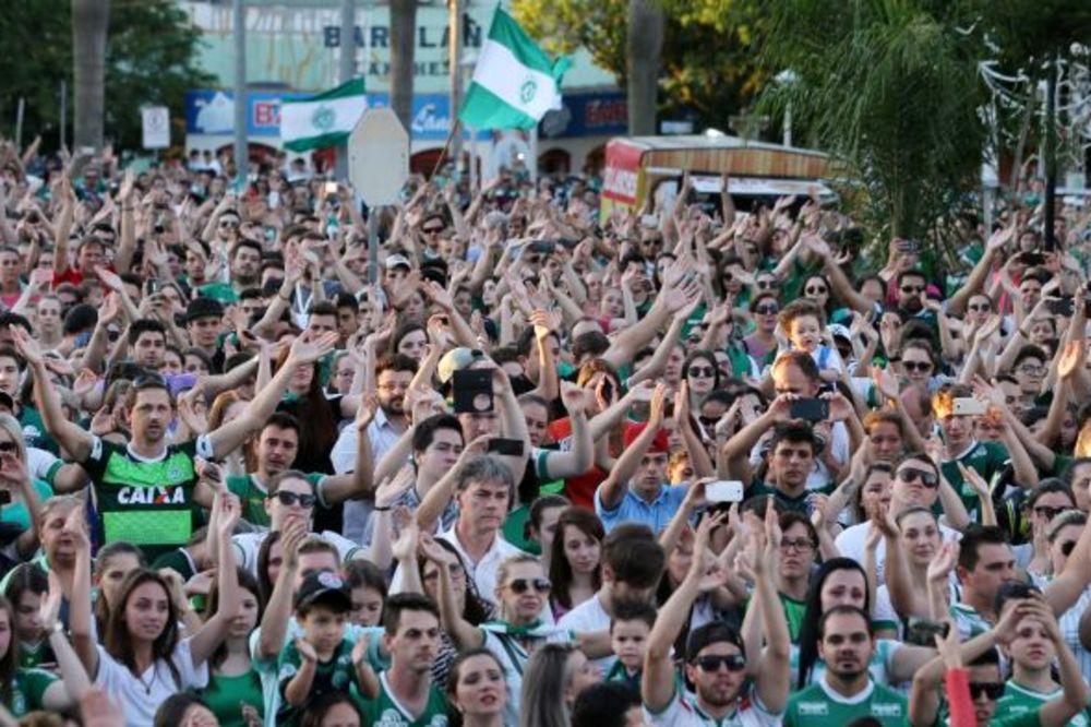 (VIDEO) DA TI SRCE STANE: Navijači Šapekoensea na stadionu pesmom odali počast poginulim fudbalerima
