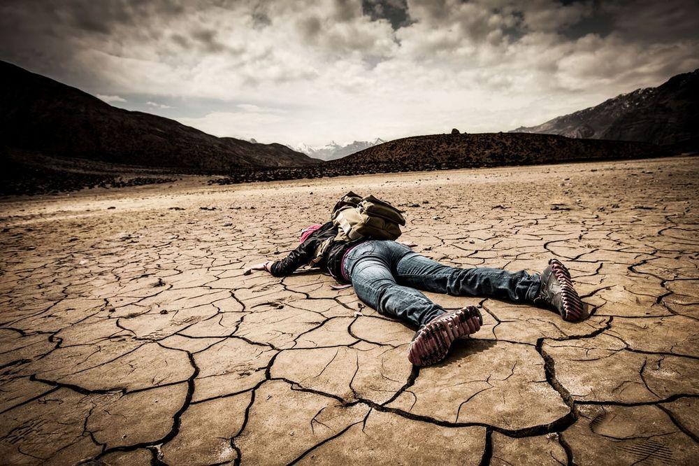 VEZANOG I UNEREĐENOG GA JEDU MUVE DANIMA: 5 najgorih načina na koje čovek može da umre! POLAKO!