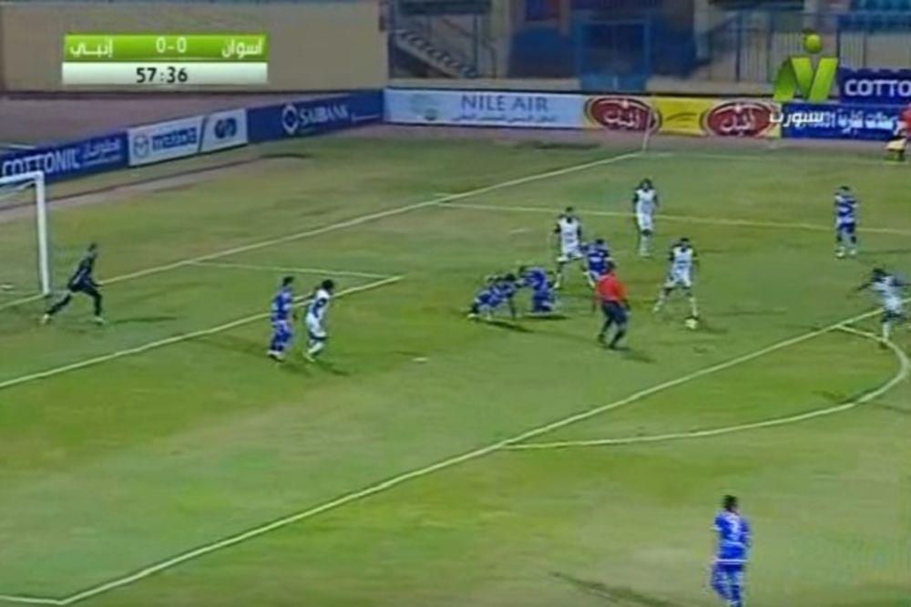 (VIDEO) SVAŠTA IMA U EGIPTU: Sudija dao gol, pa pokazao na centar