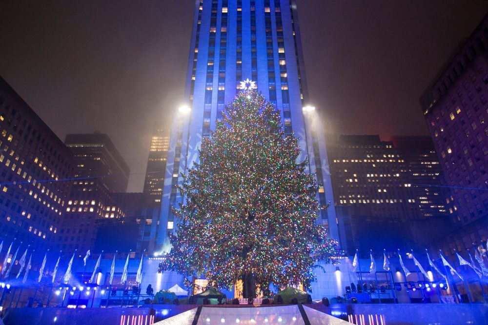 (VIDEO, FOTO) NOVOGODIŠNJA GROZNICA TRESE NJUJORK: Zasijala jelka sa 50.000 lampica