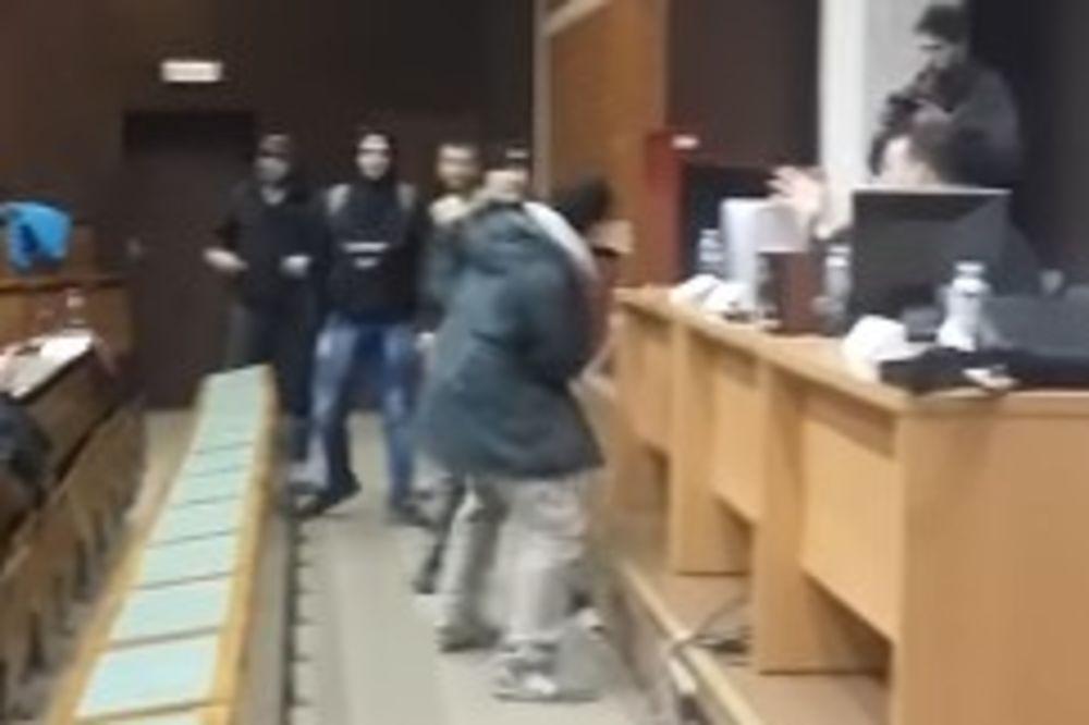 "(VIDEO) INCIDENT NA FILOZOFSKOM: Desničari upali na tribinu, napali studente i vikali ""Hajl Hitler"""